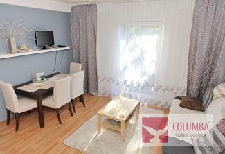Útulný 3i byt v rodinnom dome, v kľudnej zelenej lokalite na začiatku Vrakune – bez zápch, bezproblémové parkovanie.