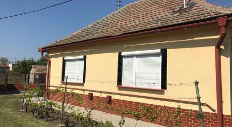 IBA U NÁS! Predaj - 3 izbový rodinný dom + hosťovský RD v pôvodnom stave vo Svatom Petri