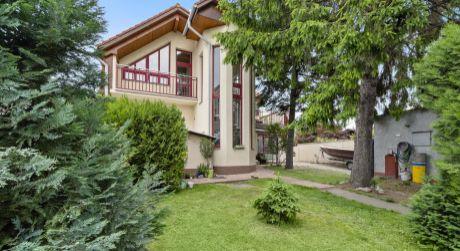 REZERVOVANÉ - NA PREDAJ dvojgeneračný rodinný dom + samostatný 1 izbový apartmán + garáž + veľký stavebný pozemok v Prievoze