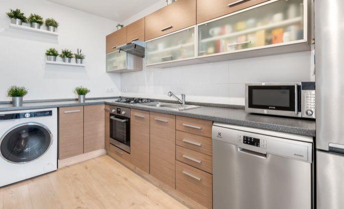 Ponúkame Vám na predaj 3 izbový byt, kompletná rekonštrukcia,  Bratislava-Nové Mesto,  Československých parašutistov.