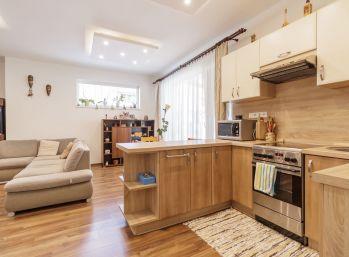 REZERVOVANÝ - Predaj 3 izb. bytu s vlastným oploteným upraveným dvorom, parkovaním, záhradným domčekom, teraskou, Dunajská Streda