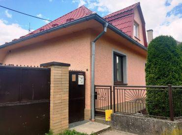 REZERVOVANÉ ** Na predaj murovaný rodinný dom po rozsiahlej rekonštrukcií s pozemkom o výmere 875 m2 - Dolné Srnie **