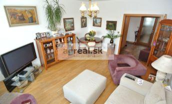 Predaj, priestranný a slnečný 3- izb. byt (73,38 m2 + loggia 3,5 m2) po staršej rekonštrukcii na začiatku Petržalky , ul. Kapicova, Bratislava V