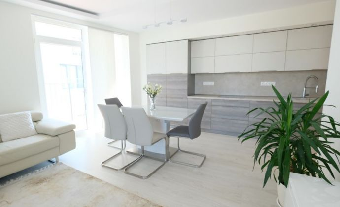 Nadštandardný 3-izbový byt s veľkým balkónom a dvomi garážovými státiami, vynikajúca lokalita, BA - Petržalka City II