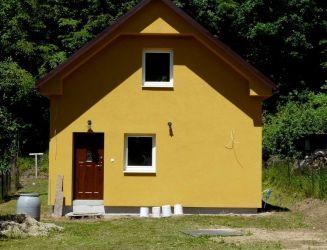 Banský Studenec – novostavba chaty pri tajchu, pozemok 447 m2 – predaj