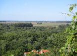 Devínska Nová Ves - pekný pozemok 487 m2  s pekným výhľadom na rekreačný dom