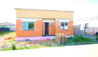 NOVOSTAVBA moderného bungalovu - Malé Leváre – veľkorysá výmera pozemku a úžitkovej plochy domu