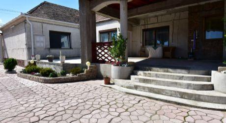 4 - izbový rodinný dom 120 m2, pozemok 1298 m2 - obec Bezenye