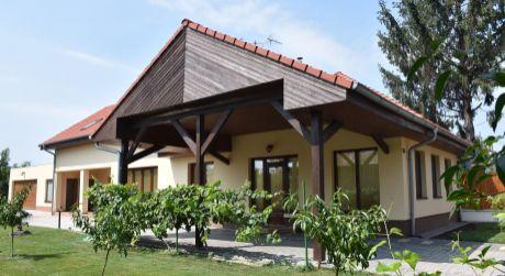 NASŤAHUJ SA! PREDAJ - Luxusný 5 izbový kompletne prerobený rodinný dom s dvojgarážou, v Zemianskej Olči