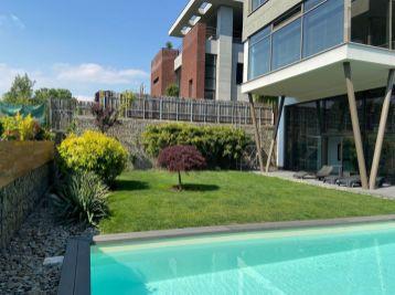 Predáme dizajnovú nadčasovú vilu s bazénom v lesnom prostredí vo vychytenej lokalite v Líščom údolí.