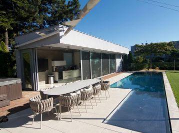 Predáme priestrannú 6 izbovú vilu vo vyhľadávanej lokalite na hradnom kopci s bazénom a veľkým pozemkom.