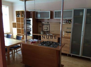 Prenájom priestranný 2-izbový byt na Medenej ulici, Bratislava-Staré Mesto.
