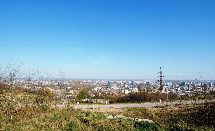 Rožný stavebný pozemok s prípojkami vody, kanalizácie, elektriny, optiky, BA - Nové Mesto, ul. Na Ahoji