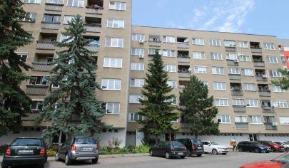 REZERVOVANÉ – Garsónka s loggiou v tehlovom bytovom dome – Karpatské nám – Rača. TOP PONUKA! EXKLUZÍVNE!