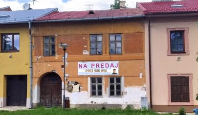 Dvojpodlažný rodinný dom v centre obce Hniezdne