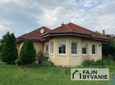 Na predaj slnečný 4izbový bungalov na krásnom veľkom pozemku v obci Blahová.