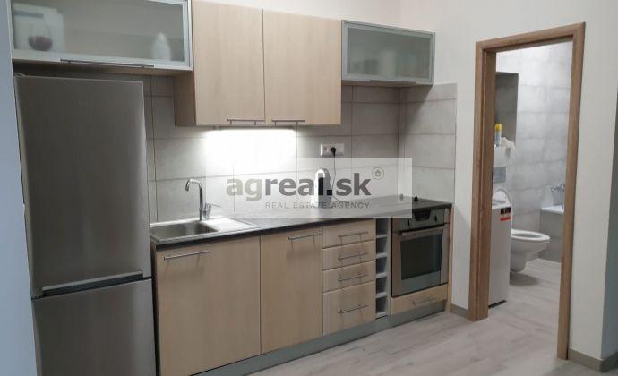 Kancelárie so sprchou a kuchynským kútom, 20 m² Grosslingova ul., podkrovie, klimatizácia.