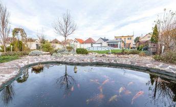 Predaj,- 5 izbový zariadený rodinný dom  Hlohovec, m.č. Šulekovo po nadštandartnej rekonštrukcii, klimatizácia, krytý bazén, rybník, okrasná záhrada, pozemok 1098m2. Treba vidieť!!!!