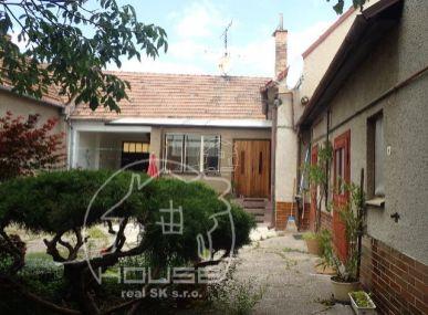 NA PREDAJ: rodinný dom s veľkým pozemkom pri Bratislave