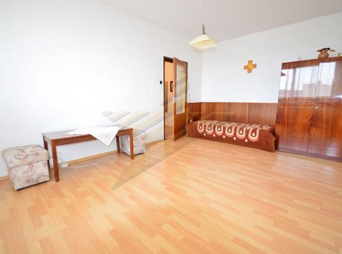 PREDANÉ - PRI KRÍŽI, čiastočne zrekonštruovaný 1-i byt, takmer 38 m2 - s pivnicou, 6.p./12 s krásnym výhľadom v ZATEPLENOM BYTOVOM DOME