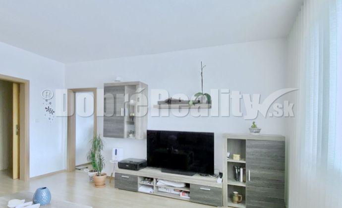 REZERVOVANÝ - Na predaj 3 izbový byt, Na karasiny v Prievidzi, 72 m², 6.p./7.p., kompletná rekonštrukcia