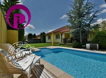 PREDANÉ - 4i dom, 132 m2 – ALŽBETIN DVOR: pozemok 730 m2, nadštandardný dom s krásnou záhradou s altánkom a bazénom,