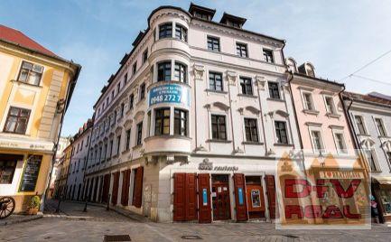 Obchodný priestor, prízemie, pod Michalskou bránou, výklady do Zámočníckej ulice na prenájom