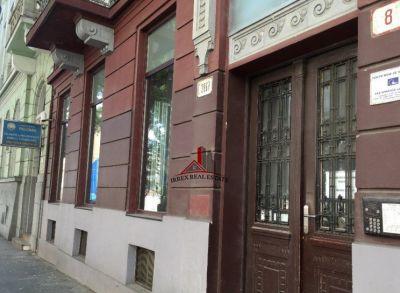 Ponúkame Vám na prenájom luxusný obchodný priestor na Námestí 1. Mája 8 v Bratislave, ktorý je vhodný ako predajna, butik alebo kancelária.