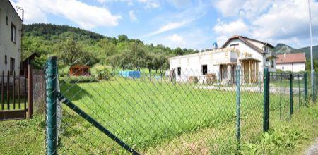 Ponúkame Vám na predaj  pozemok s právoplatným staveným povolením + projekt domu v pokojnej časti obce Omšenie.