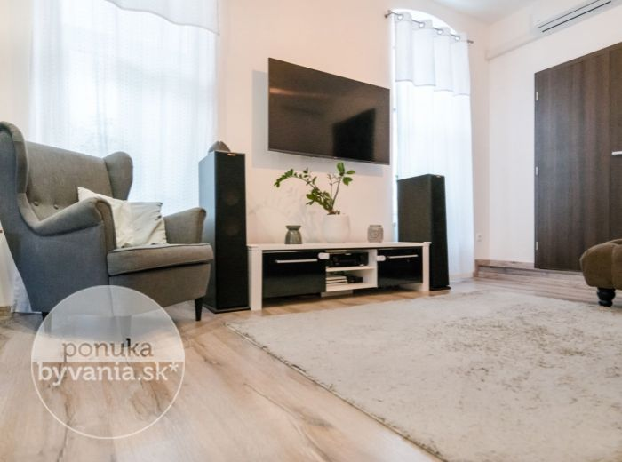 OBCHODNÁ, 2,5-i byt, 71 m2 - PARKOVANIE v uzavretom dvore, REKONŠTRUKCIA AŽ NA TEHLU, vysoké stropy