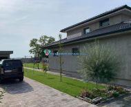 EXKLUZÍVNE LEN U NÁS!!! – DIAMOND HOME s.r.o. ponúka Vám na predaj luxusný, moderný a kvalitne postavený  5izbový rodinný dom v obci Veľká Mača!
