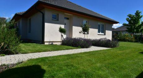 Elegantný, ešte nikým neobývaný 4 – izbový rodinný dom 101m2, pozemok 480m2, Rajka
