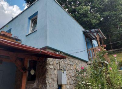 Areté real - !!!VÝRAZNÁ ZĽAVA!!! Predaj 4-izbovej murovanej chaty s terasou vhodnej na celoročné bývanie v krásnom lesnom prostredí v Pezinku, Kučišdorfská dolina