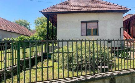 MAĎARSKO - MARTONYI 2 IZBOVÝ RD V CENTRE OBCE S POZEMKOM 2000 M2