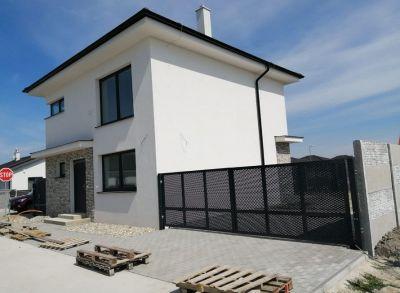 Dvojpodlažný 5-izbový rodinný dom s oplotením osadený na peknom pozemku