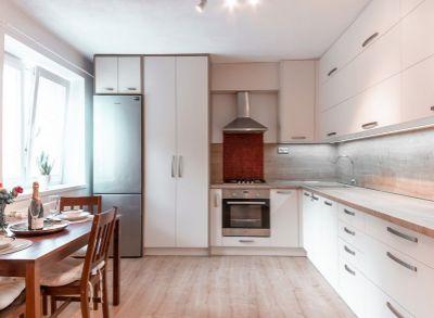 Kompletne zrekonštruovaný 2-izbový byt s francúzskym balkónom na zvýšenom prízemí