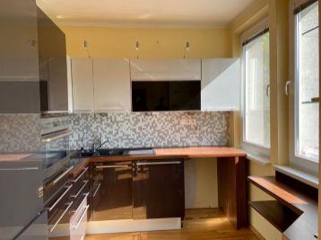 Predáme útulný 3 izb. byt v Karlovej Vsi na Janotovej ulici.