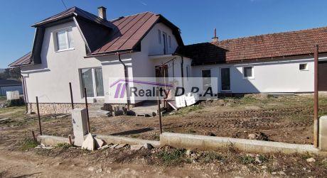 Na predaj dvojpodlažný rodinný dom vo Valči