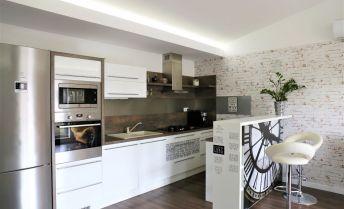Priestranný 3izbový byt so samostatným vchodom, garážou, terasou a loggiou