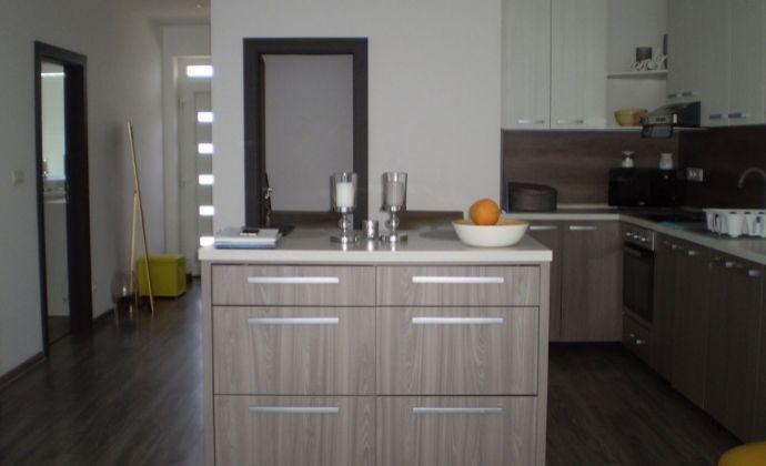 Na predaj super 3 izbový rodinný dom za výbornú cenu , zariadený, novostavba  v obci Dolná Streda, terasa, krb, vírivka! Treba vidieť!!!