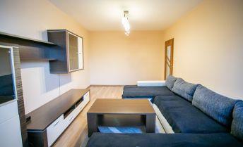 Na predaj  zrekonštruovaný a zariadený 3,5 izbový byt s veľkým šatníkom v DCA.