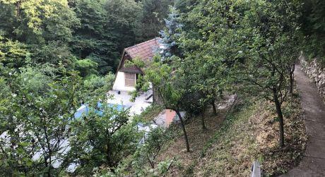 Rekreačný pozemok s chatou v lese v Devíne je na predaj