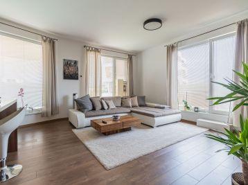 Prenájom moderne zariadeného 2-izbového bytu, 2 x balkón, dve parkovacie státia, Malinovo, Tri Vody