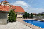 Nádherný 5-izbový rodinný dom na predaj s veľkým pozemkom v obci Veĺké Dvorníky, rozostavaná garáž, bazén 50m2!!! Cena 235 000 €