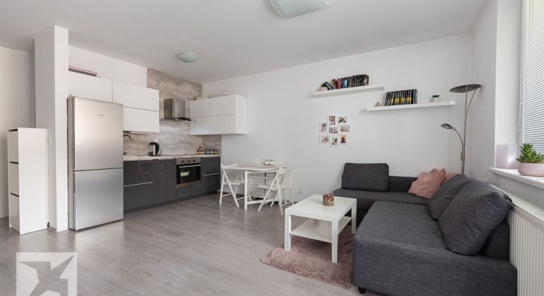 REZERVOVANÉ - Priestranný 3-izb. byt v nízkopodlažnej tehlovej novostavbe sparkovacím státím.
