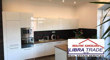 PREDAJ - 7 izbový poschodový rodinný dom v centre Komárna vhodný aj na podnikanie aj bývanie!