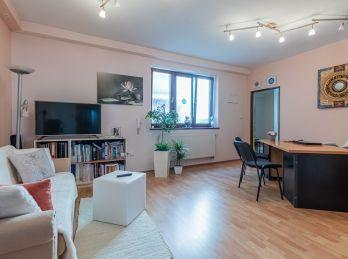 Predaj atypicky riešeného 2 izb. bytu s garážovým státím, pivnicou v zateplenom tehlovom polyfunkčnom obytnom dome v absolútnom centre Šamorína