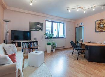 REZERVOVANÝ - Predaj atypicky riešeného 2 izb. bytu v zateplenom tehlovom polyfunkčnom obytnom dome v absolútnom centre Šamorína