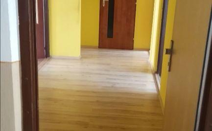 Predám 3 izbový byt s balkónom a pivnicou na Severnej ulici v Leviciach
