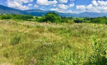 PREDAJ: Slnečný, rovinatý pozemok (913m2) v rezidenčno-rekreačnom areáli na Polomke
